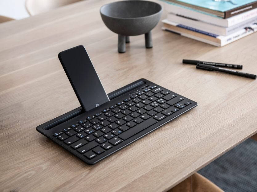 bluetooth tangentbord på skrivbordet med telefon