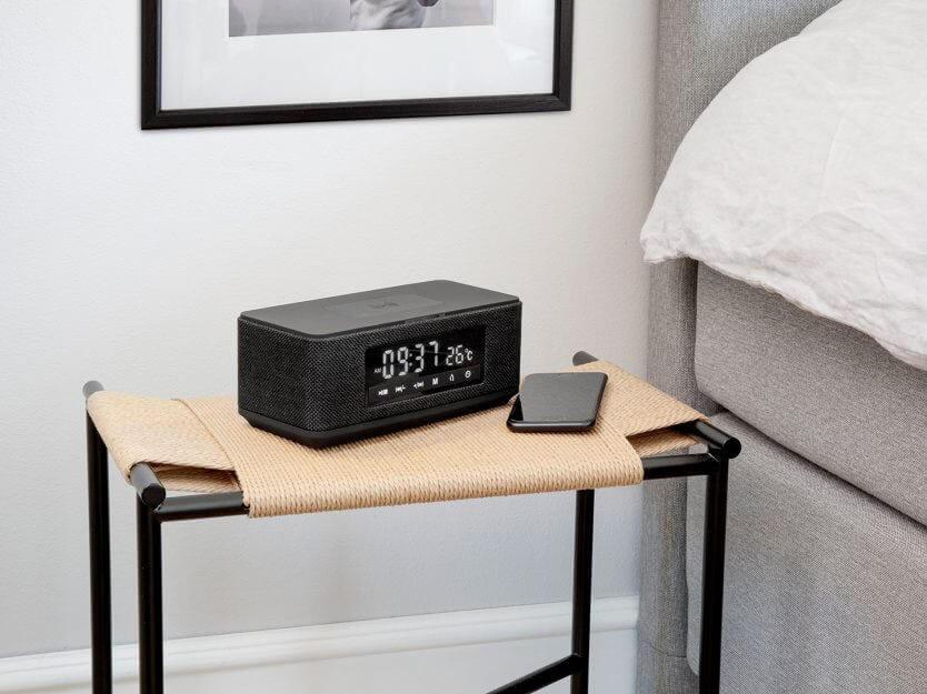 clockradio vid sidan av sängen