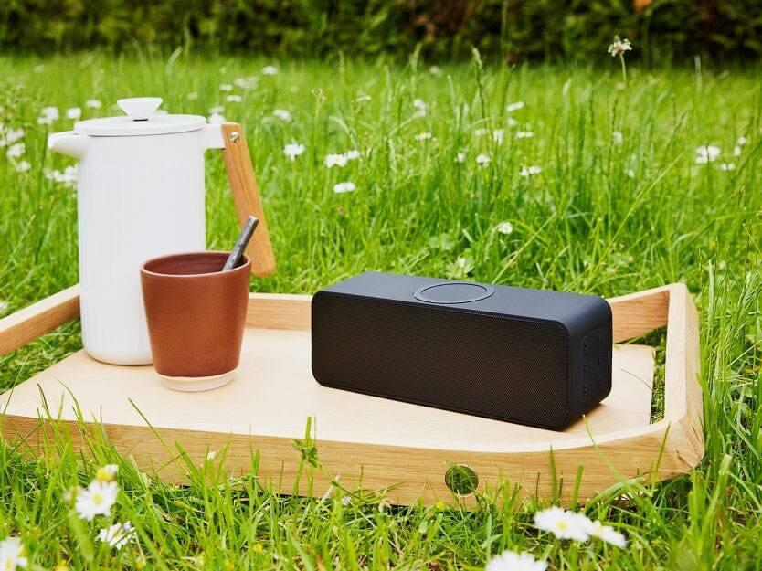 högtalaren på bricka utomhus